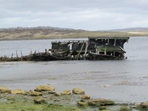 Port Stanley, à l'Ouest dans la rade.