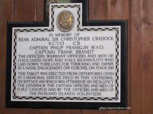 Plaque en la Cathédrale de Port Stanley, à droite du Coeur. Cette tablette a été érigé à partir des offrandes données à un service commémoratif a eu lieu à la cathédrale le 29 1914 à laquelle ont participé par son excellence le gouverneur, le capitaine, les officiers et les hommes de HMS Canopus et par les officiers et les hommes des bénévoles Îles