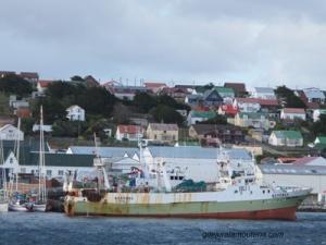 Le Kestrel dans la rade de Port Stanley.