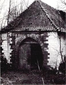 Porte chartière accès sur la hte cour.